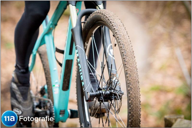 Detailfoto van een Bianchi mountainbike met tubeless band en wiel met schijfremmen