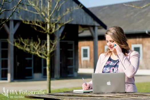 Bedrijfsfoto's Den Bosch - Onderneemster op Laptop
