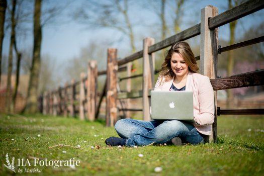Personal Branding Fotoshoot Den Bosch - Onderneemster met laptop